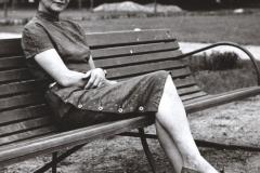 Grażyna Bacewicz na ławce w parku, 1960, fot. Andrzej Zborski (ZKP)