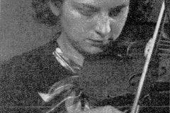 """Portret Grażyny Bacewicz ze skrzypcami opublikowany w czasopiśmie \""""Antena\"""" (1935)"""