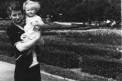 Grażyna Bacewicz z córką Aliną w Parku Ujazdowskim, 1944 (PWM)