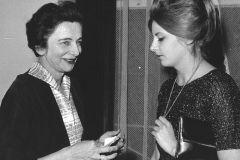 """Grażyna Bacewicz z córką Aliną podczas """"Warszawskiej Jesieni"""" 1963, fot. Andrzej Zborski (ZKP)"""